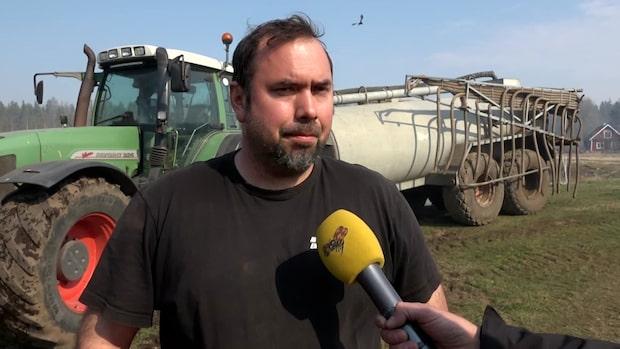 Joakim Lindqvist hjälper till med släckningsarbetet i Hästveda