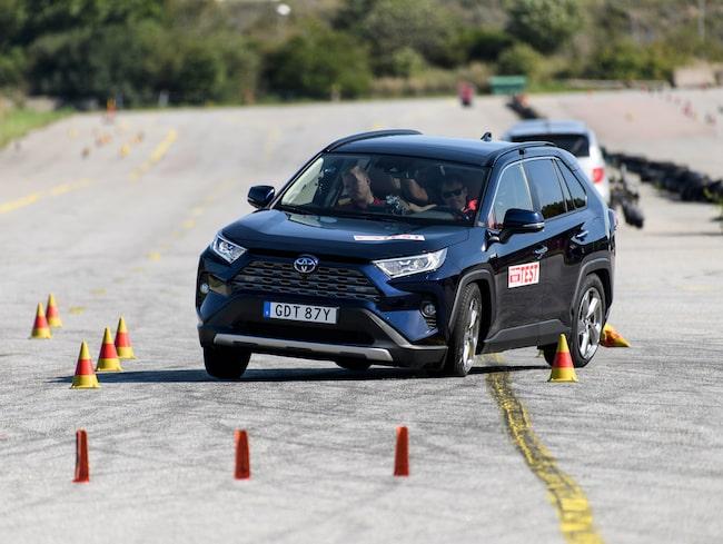 Toyota RAV4 visar upp kraftiga sladdtendenser i älgtestet, antisladdsystemet hjälper knappt till.