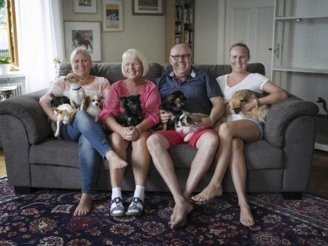 Mamma Louise Etzner och pappa Gunnar flankerad av döttrarna Lisa och Hanna och så de nio hundarna.