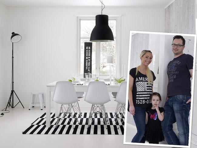 Det stora fönstret och den höga takhöjden bjuder på en näst intill sakral känsla. Golvlampa från Ellos. Taklampa Hektar från Ikea. Plåtskylt i fönstret från In my house. Stolar, Eameskopior från Inside möbler. Matta Rand från Ikea.Se fler bilder från familjens fina hus i bildspelet nedan!