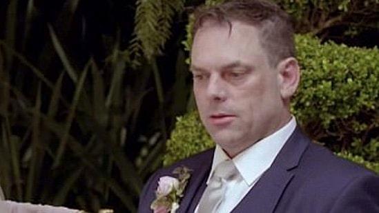 Alla skrattar åt brudgummens reaktion vid altaret