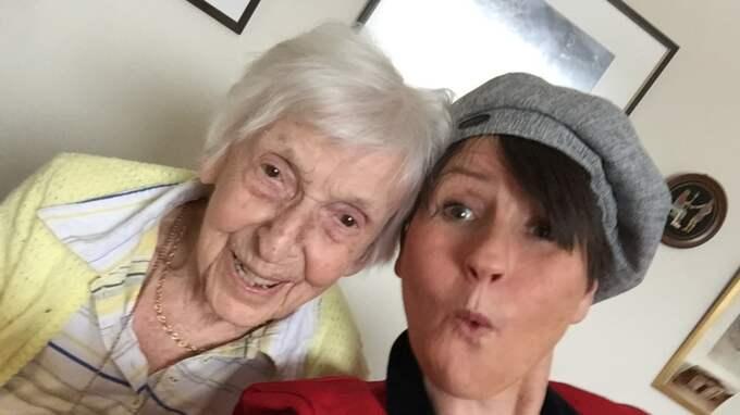 """Äntligen fick Ingela Svensson, 52, och Marianne Bolling, 101, träffas. """"Det var jättepirrigt"""", berättar Ingela."""