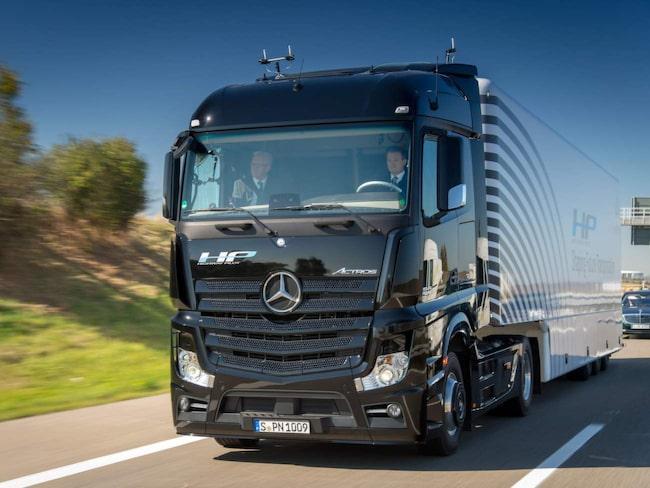 Premiärturen i tillverkarens modell Actros gick i tyska delstaten Baden-Württemberg under uppsikt av uppsikt av delstatspresidenten Winfried Kretschmann och Wolfgang Bernhard från Daimlers styrelse.