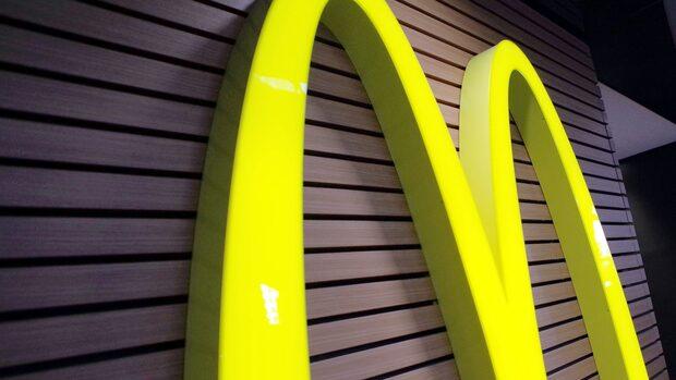 Rebecka sextrakasserad på jobbet på McDonalds
