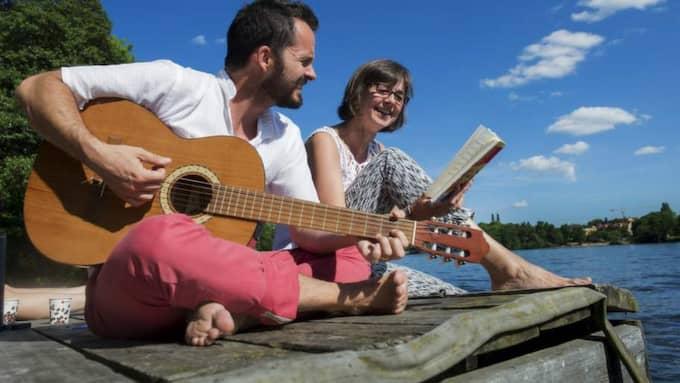 RÖDA SÅNGER UNDER BLÅ HIMMEL. Jens Liljestrand och Gunilla Brodrej tar ton den vackraste dag som sommaren ger. Foto: Sara Strandlund