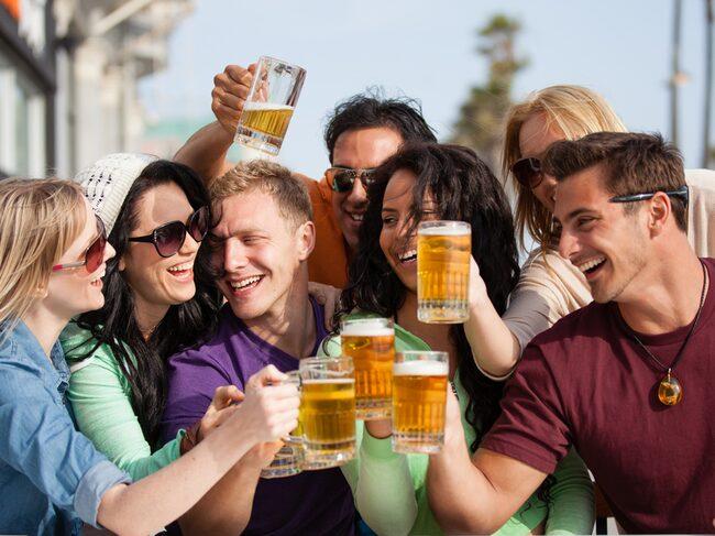 """Metro har listat elva länder i vilka det är billigast att köpa in en """"pint"""" vilket i svenska mått mätt innebär 55 centiliter öl."""