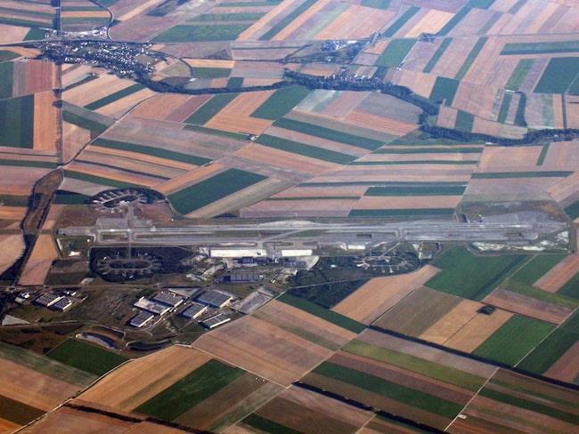 Flygplatsen Paris Vatry ligger mer än 20 mil från staden med samma namn.