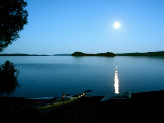 En fullmåne som speglar sig i hav eller sjö är en svårslagen naturupplevelse.