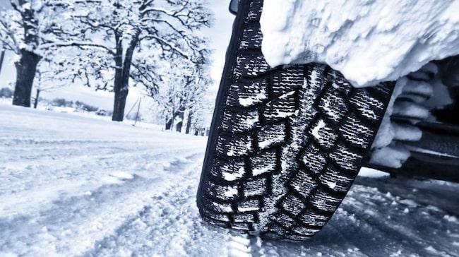 Nu är det verkligen hög tid att byta till vinterdäck om du inte gjort det ännu.