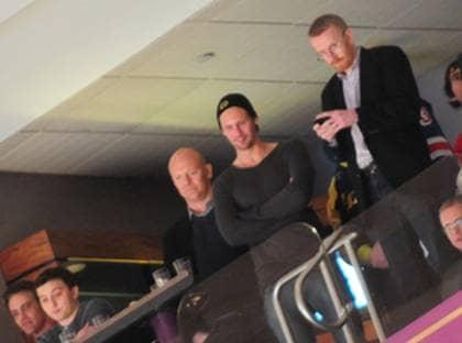 Mats Sundin, Alexander Skarsgård (i mitten) och agenten Claes Elefalk i Madison Square Garden i natt. Foto: Norman Y. Lono