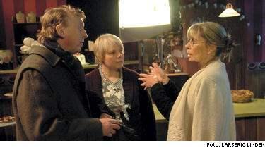 Saltöns Emily Schenkers (Anki Larsson) vidlyftiga sexliv efter uppbrottet med tobakshandlaren (Tomas von Brömssen) har försvunnit vid dramatiseringen av böckerna. De är inte viktigt för handlingen säger Carin Mannheimer (till höger) som regisserat serien för SVT:s räkning.