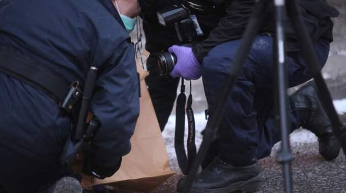 Polisens tekniker tar hand om bevisning som man hittat i närheten. Foto: Janne Åkesson/Swepix