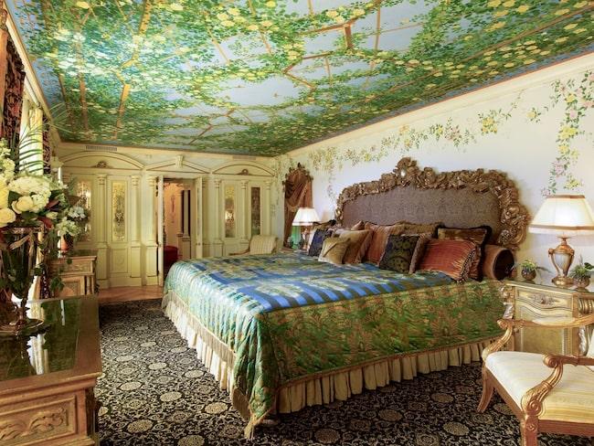 Samtliga sviter har jättesängar, badrum med marmorgolv och guldkranar.