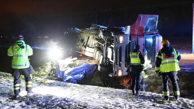 Lastbil har vält – stopp i trafiken