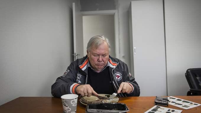 Bert har fått tabletter och blivit rekommenderad att sluta äta och dricka en del saker. Bland annat rabarber och must. Foto: NORA LOREK