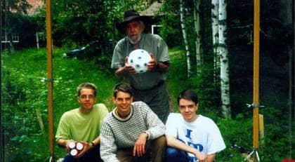 Bröderna Schulman tillsammans med pappa Allan. Bakom kameran mamma Liselotte.
