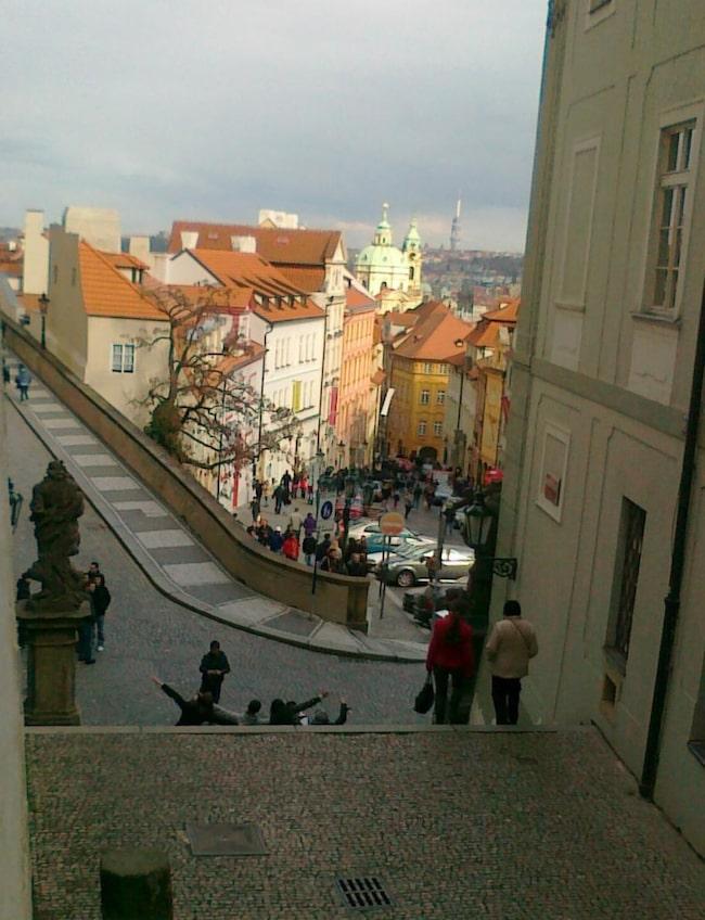 Från slottsområdet går backen nedför Nerudova, där de medeltida skyltarna hänger kvar.