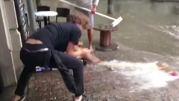 Här får personalen sopa bort vattenmassorna