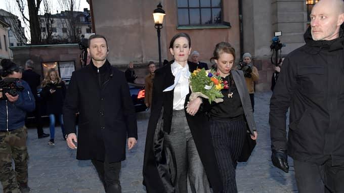 Sara Danius tillsammans med ledamoten Sara Stridsberg på väg från torsdagens sammanträde. Foto: JONAS EKSTRÖMER/TT / TT NYHETSBYRÅN