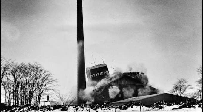 Sprängdes i luften. 22 februari 1979 sprängdes giftfabriken i Teckomatorp i luften. Fortfarande i dag finns spåren av skandalen kvar i marken där fabriken låg. Nu planeras nästa våg av saneringar att inledas. Förra gången det sanerades kördes 80 000 ton giftig jord bort, till en kostnad av 200 miljoner kronor. Foto: Thommy Bernquist