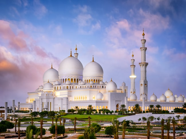 Den enorma moskén i Abu Dhabi, Sheikh Zayed, byggdes 1996 och rymmer 41 000 personer.