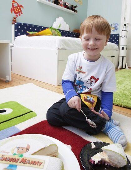 Så här glad blev Fredrik för sitt nya rum. Missa inte alla bilder från rummet i bildspecialet i blå rutan till höger!