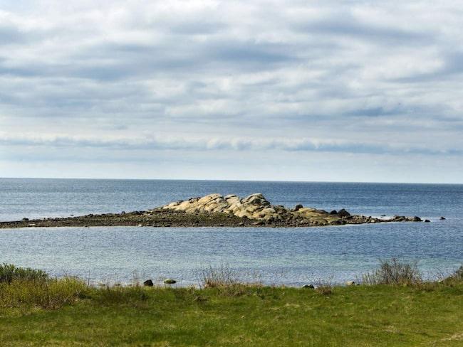 Hallands kustväg längs blånande vatten.