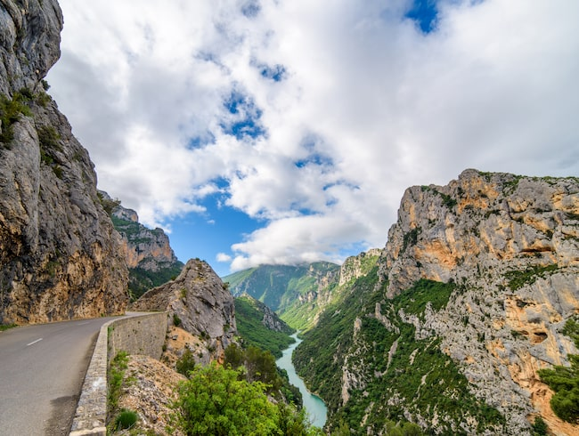 I Frankrike går en väg längs ravinen Gorge du Verdon.