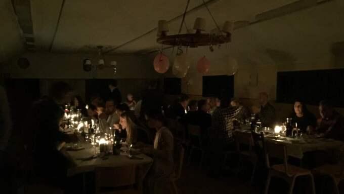 Bröllopsgästerna fick lysa upp lokalerna med sina telefoner och var vid gott mod. Foto: Privat
