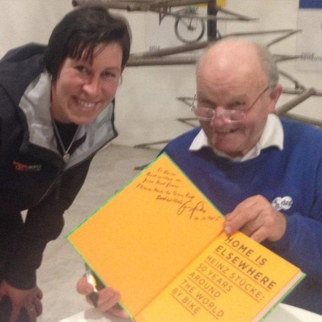 <span>Heinz Stücke signerar sin bok åt ett fan.</span>
