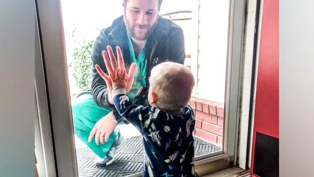 Hjärtskärande bilden på pappan och sonen