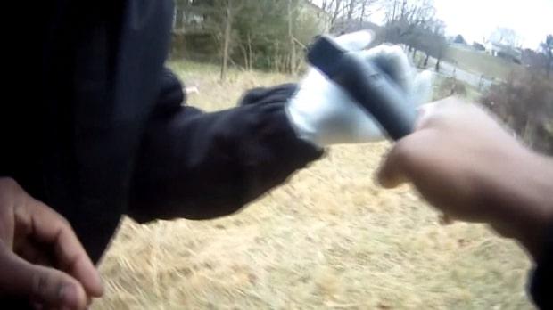 Polismannen får en panikattack - med vapnet i handen