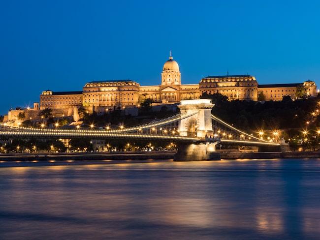 Kedjebron över Donau till slottet är en klassisk vy.