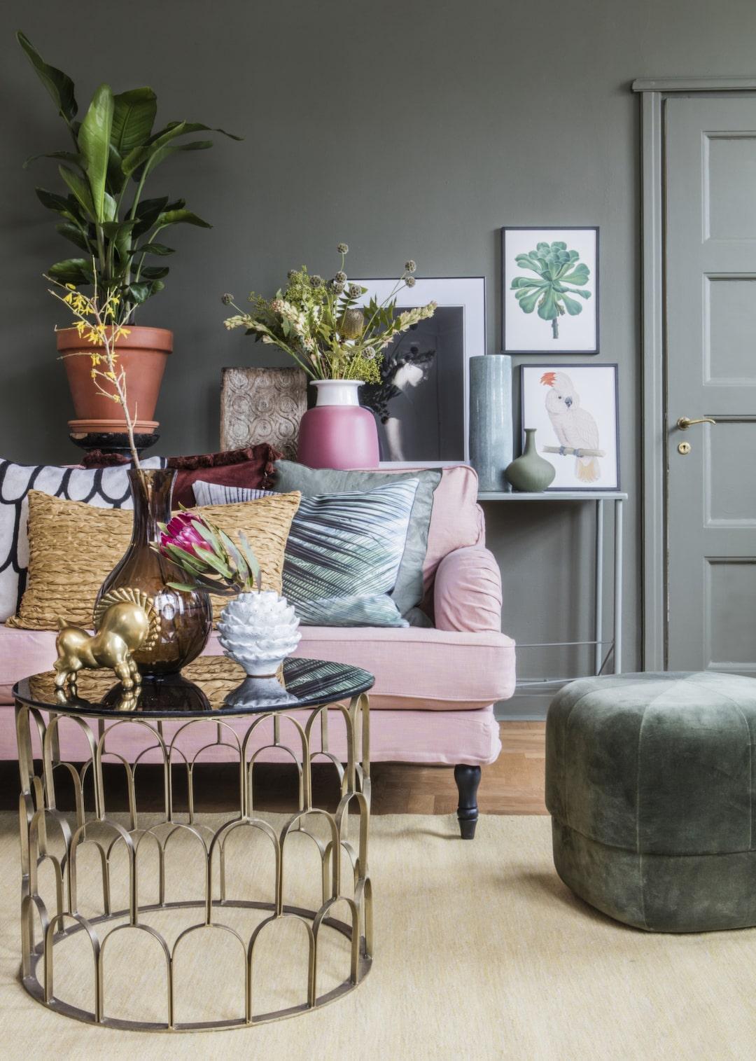 <span>Våga måla en mörkare väggfärg i vardagsrummet – den gröna kulören är fin till mjuka pasteller. Pigga upp med metaller och glasdetaljer.<br></span>