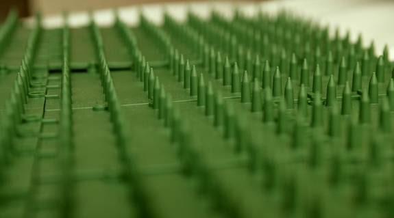 Den välgörande spikmattan är en svensk uppfinning som ska öka endorfinproduktionen.