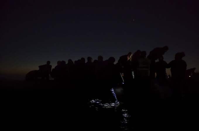 Under the Cover of Darkness - heter bilden som föreställer flyktingar som reser genom Europa i mörkret. Bilden är tagen 6 december 2015 på Lesbos i Grekland. Foto: Paul Hansen/Dagens Nyheter