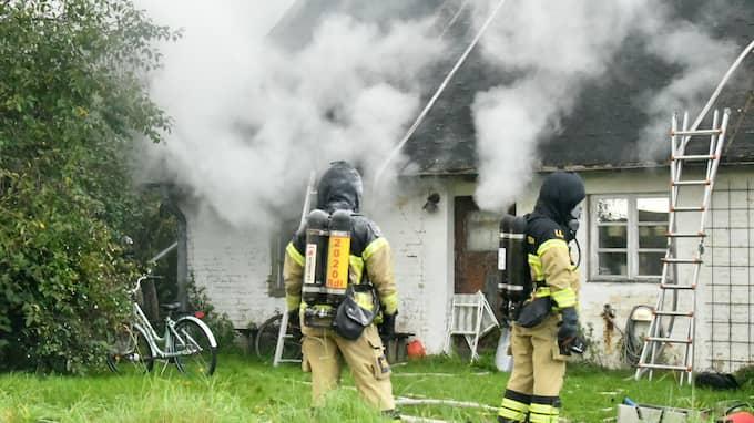 Villan ligger ensligt och det finns ingen byggnad intill som kan fatta eld. Foto: / MIKAEL NILSSON