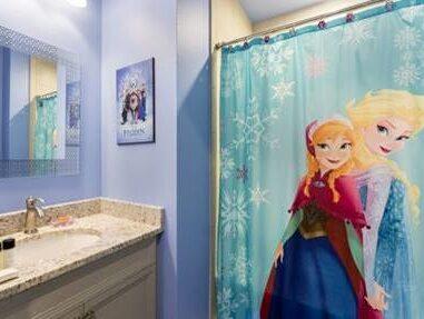 Elsa och Anna hänger med till och med i badrummet.
