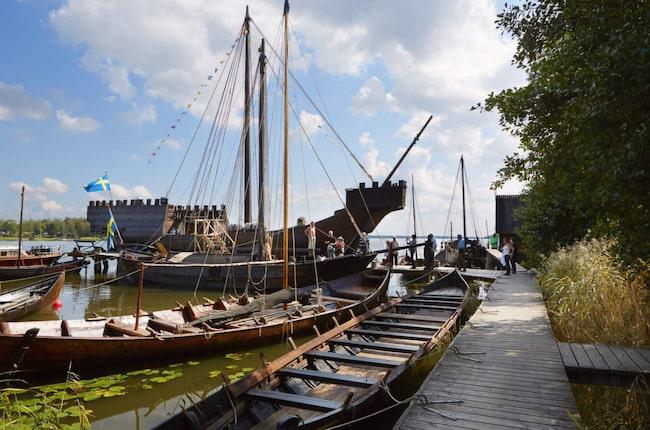 Sveriges största historiska träbåtsflotta finns på skeppsmuseet vid Frösåkers brygga.