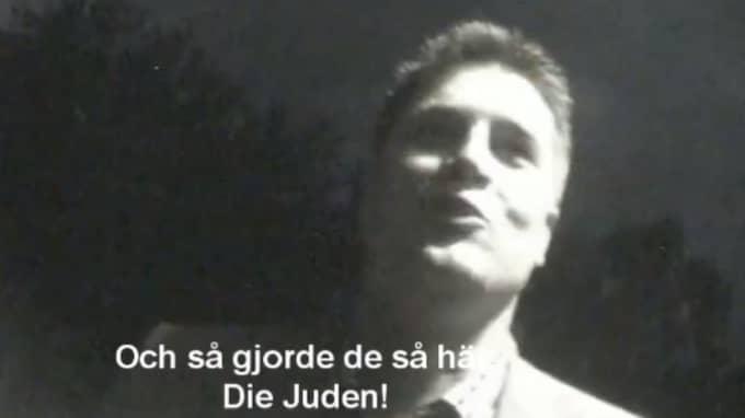 I en video från 2011 skrattar en av partiets höjdare, den ekonomiskpolitiske talespersonen Oscar Sjöstedt, gott när han berättar om tidigare arbetskolleger som öppet var nazister. Foto: Skärmdump