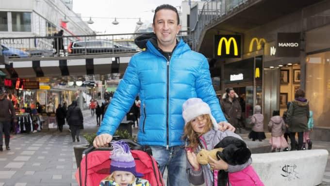 """Jena Hedbeck, 50, lönespecialist med barnen Elise, 6, och Caspian, 3 """"Jag vill ha en vit vinter! Jag gillar årstidernas olika svängningar och variationer"""" Foto: Ann Jonasson"""