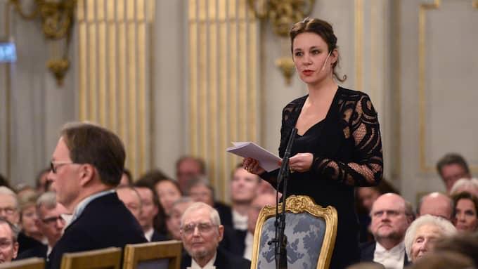 Sara Stridsberg invigningstalar i Svenska Akademien. Foto: HENRIK MONTGOMERY/TT