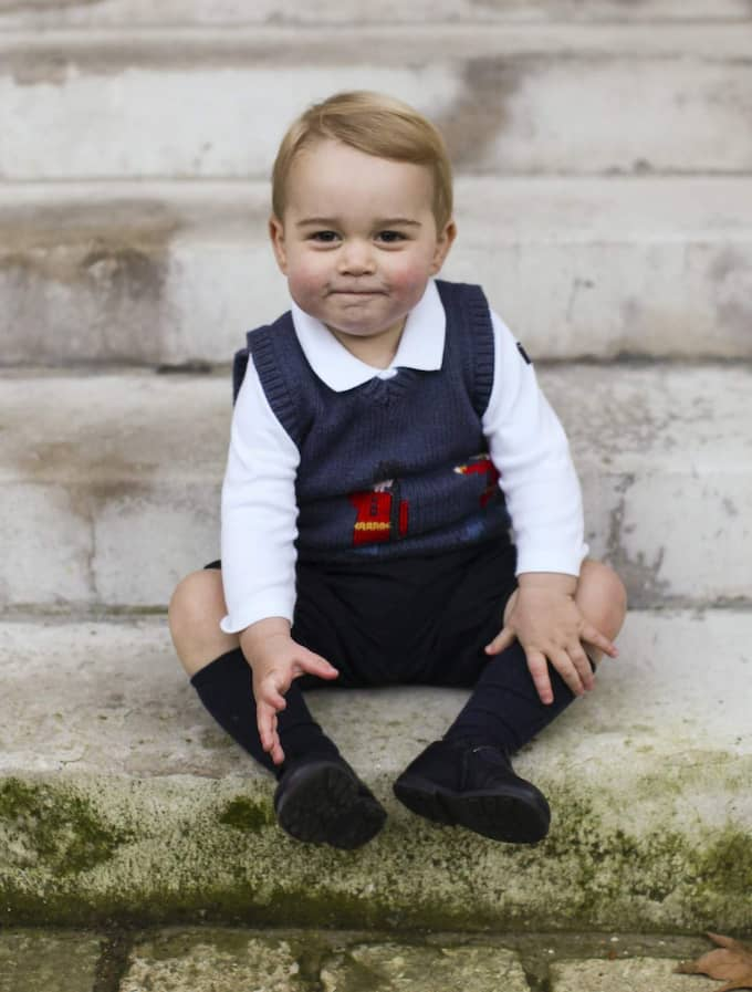 Den stickade västen med motiv av The Queen's Guard som George bar på en av familjens julhälsningar fick den brittiska kedjan Cath Kidstons plagg att sälja som smör. Den snart tvååriga prinsen har blivit en stor stilikon.