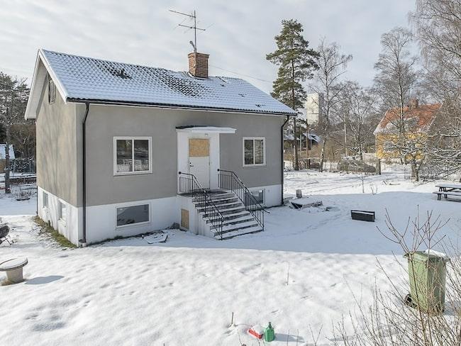 Det här huset ligger i Sollentuna och är just nu till försäljning på Hemnet. Men det finns något som gör att huset sticker ut – det är totalt brandskadat invändigt.