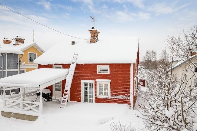 Det faluröda trähuset med vita knutar och blå detaljer är ett av de mest klickade.