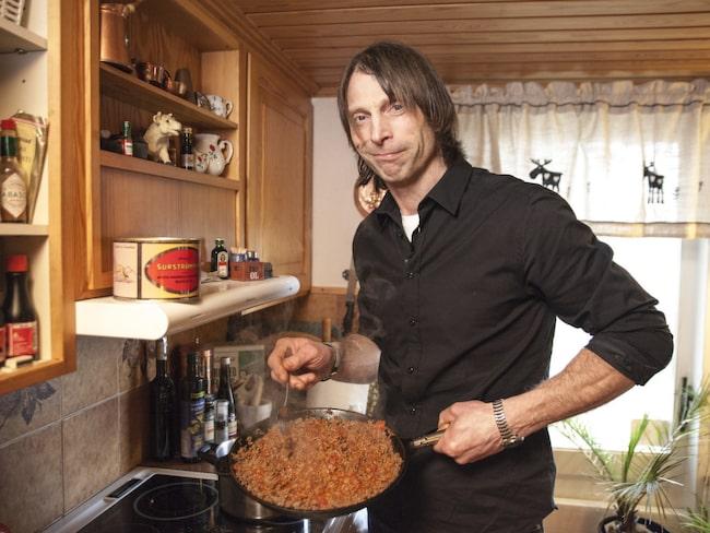 Ola-Conny Wallgren lever ensam i ett stort hus på landet. Där får han besök av spöken - som sätter på radion och tv:n när han har långtråkigt.