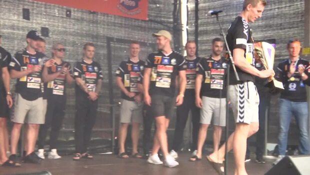 Se IFK Kristanstad hyllas av hemmafansen på arenatorget