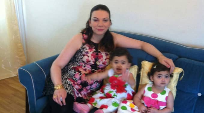 Lara, 32, här med sin döttrar. Foto: Privat