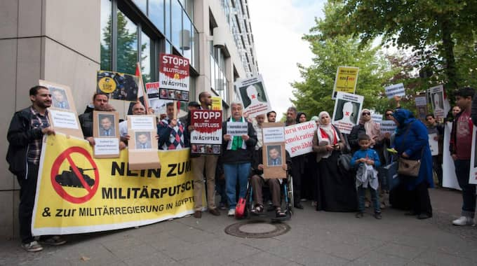 Tyska demonstranter kräver att Mansour släpps fri. Foto: Paul Zinken / Epa / Tt