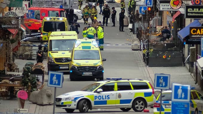 Polis, ambulans och räddningstjänst under terrordådet på Drottninggatan i Stockholm. Foto: ROB SCHOENBAUM / POLARIS POLARIS IMAGES